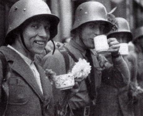 Sudeettisaksalaisista muodostetun Sudetendeutsches Freikorpsin (sudeettisaksalaisten vapaajoukko) iloisia vapaaehtoisia Egerin kaupungissa.