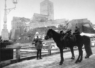 Narvan vapauttaja Anto Eskola ratsailla Narvan taistelun jälkeen Hermannin linnan edessä