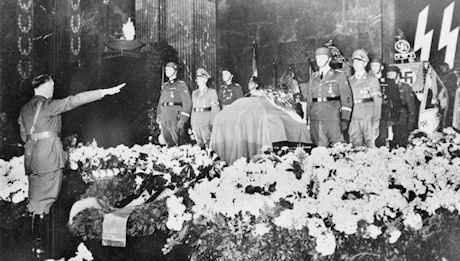 Adolf Hitler Heydrichin hautajaisissa.