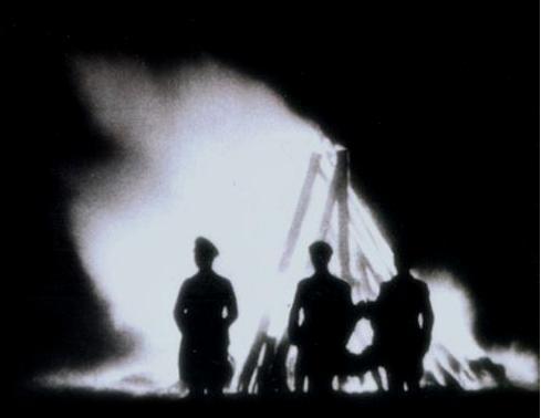 SS-upseereja yöllisessä seremoniassa.