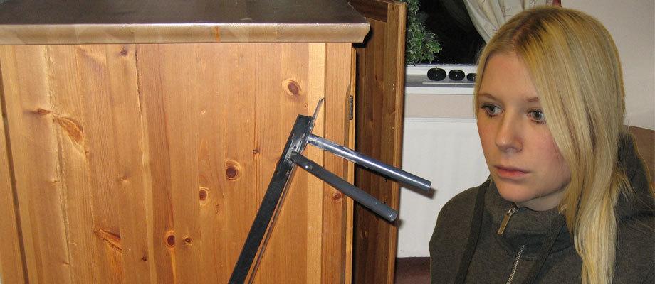 Poliisit osoittelivat Emil Hagbergin puolisoa ja lapsia aseilla kotietsinnän yhteydessä.