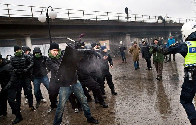 Poliisi suojeli äärivasemmistoa hyökkäämällä kansallismielisten kimppuun.