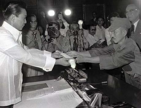 Hiroo Onoda luovuttaa samuraimiekkansa Filippiinien presidentille merkiksi antautumisesta. Ensisanoikseen Onoda ihmetteli Japanin tappiota sodassa.