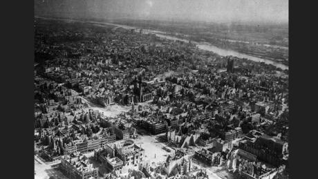 Magdeburg huhtikuussa 1945 liittoutuneiden pommitusten jäljiltä.