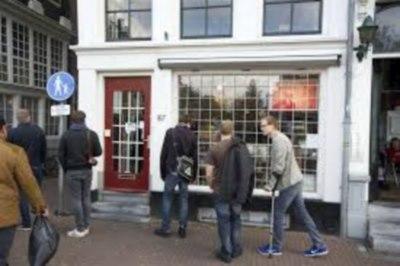 Michiel van Eyckin kirjakauppa vetää asiakkaita puoleensa.