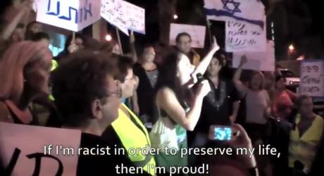 Kuvakaappaus videosta. Juutalaistyttö villitsee yleisöä rasistisilla solvauksilla.