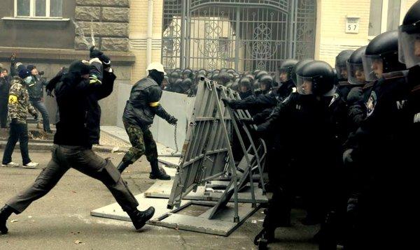 Соціал-Nаціональна Асамблея -järjestön aktiivit Ukrainan mielenosoituksessa.
