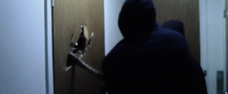 """Kuvakaappaus RF:n """"toimintavideolta"""", joka osoittaa, kuinka järjestö iskee systemaattisesti kirveellä toisinajattelijoiden kotioviin."""