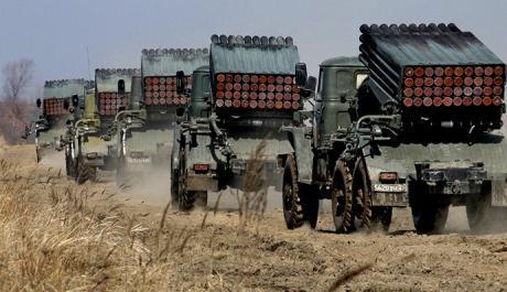 Rakentinheittimillä varustettuja ajoneuvoja lähellä Ukrainan rajaa keskiviikkona (RIA Novosti)