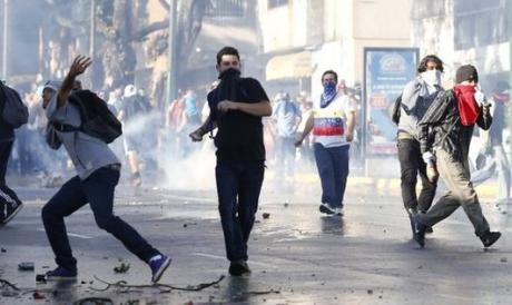 Presidentti Maduron pitää mielenosoittajia fasisteina.