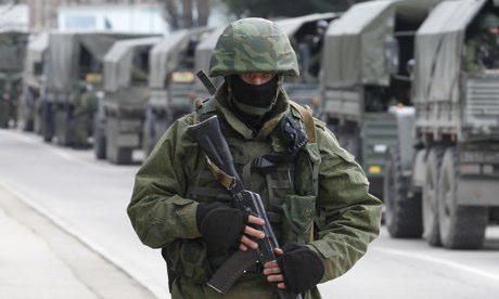 Venäläinen sotilas ja sotilaskalustoa Ukrainan rajan lähellä.