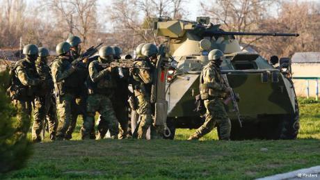 Venäläistä jalkaväkeä ja panssariajoneuvo Belbekissä lauantaina. (DW)