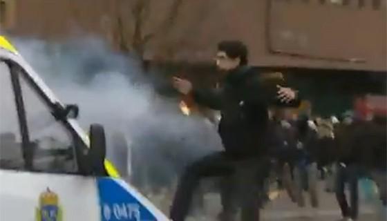 Showan Shattak potkimassa poliisiautoa 2008.