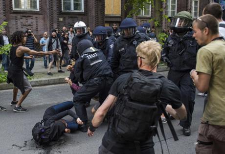 """RT:n mukaan """"fasistit"""" ottivat yhteen poliisin kanssa, kuten tässä kuvassa väitetysti nähdään. (Kuva: AFP)"""