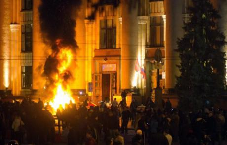 Harkovan hallintorakennus tulessa.