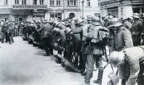 Saksalaisia joukkoja Kiovassa maaliskuussa 1918.