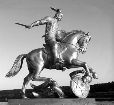 """Svjatoslav I, Rurikin pojanpoika ja Kiovan prinssi, löi kasaarit. Venäläinen kuvanveistäjä Vyacheslav Klykov pystytti tämän """"kiistanalaisen"""" patsaan ukrainalaiseen kylään vuonna 2005. Koska kasaarit olivat juutalaisia ja koska hevonen astuu patsaassa daavidintähden päälle, on teosta syytetty antisemitistiseksi."""