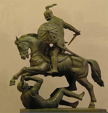 Sama patsas eri suunnasta. Huomaa kilvessä oleva symboli.