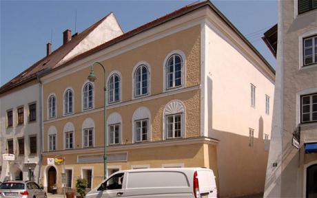 Adolf Hitlerin synnyintalo Itävallan Braunau am Innissä.