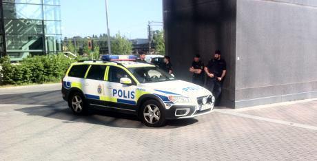 Myös poliisi seurasi vapautusta vankilan lähellä.