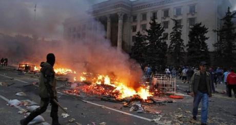 Sekä Venäjä-mielisten että yhtenäisyyttä kannattavien kerrottiin heitelleen palopommeja toisiaan kohti. (Reuters)