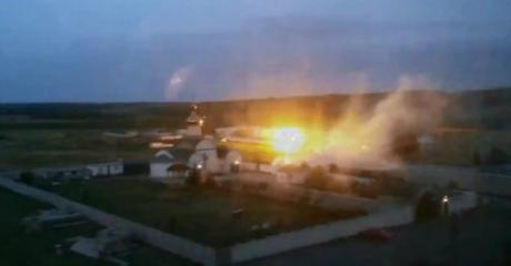 Venäjä-mieliset separatistit hyökkäsivät Ukrainan rajavartioston tukikohtaan maanantaina. (TihonskyTV/BBC)