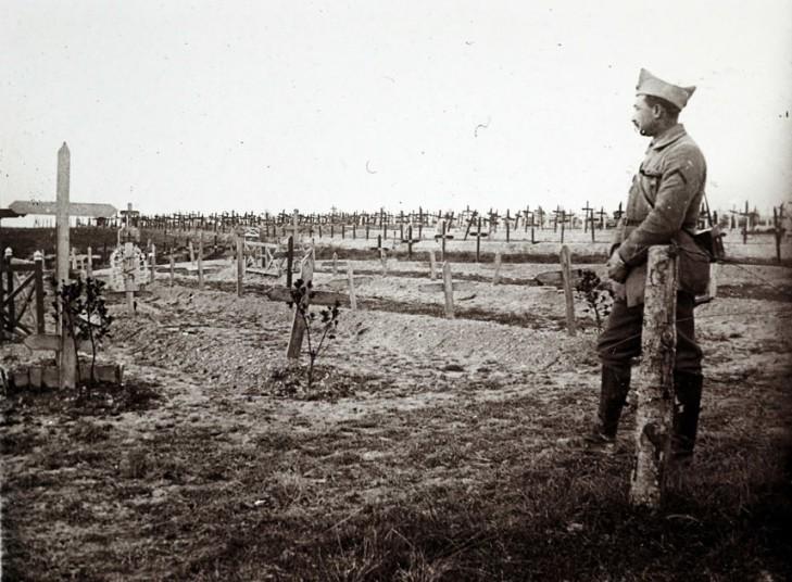 Ranskalaisupseeri tarkkailemassa sotilashautausmaata itäisessä Ranskassa 19.12.1916. (REUTERS/Collection Odette Carrez)