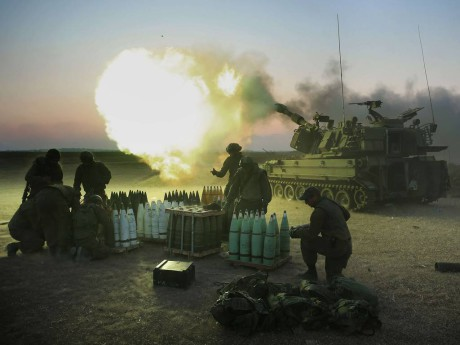 Israelilaissotilaat tulittavat 155 mm pitkillä kranaateilla Gazan kaistaa rajan läheisyydessä.