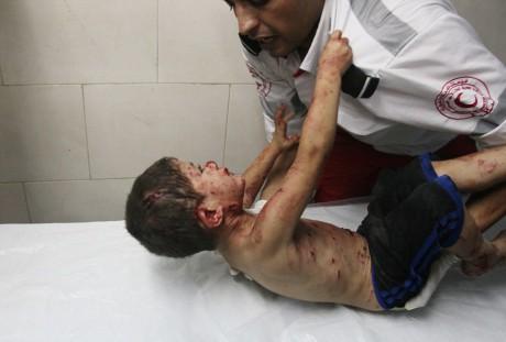Palestiinalaispoika pitää tiukasti kiinni ensihoitajan puserosta.