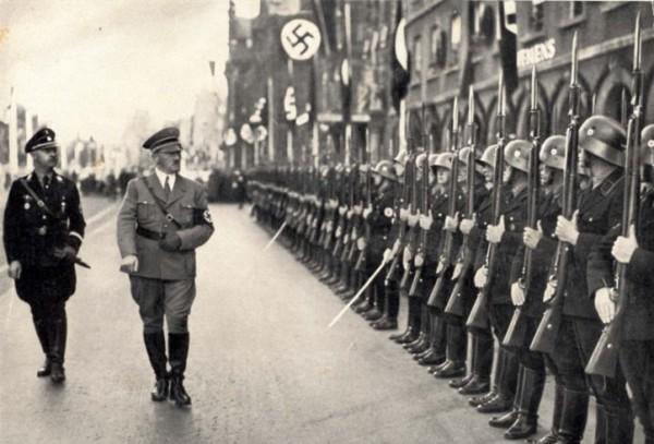 Himmler, Hitler ja Leibstandarte Adolf Hitler.
