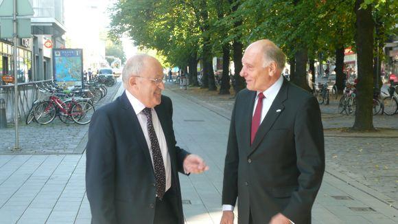 Vasemmalla Israelin Suomen-suurlähettiläs Dan Ashbel ja oikealla kunniakonsuli Fredrik Ekholm.