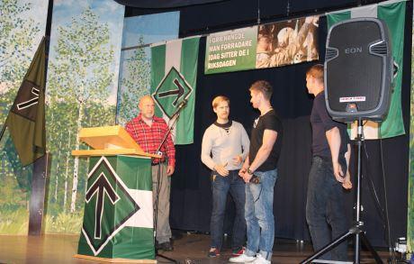 Klas Lund ja Julius Blomberg jakamassa palkintoja.
