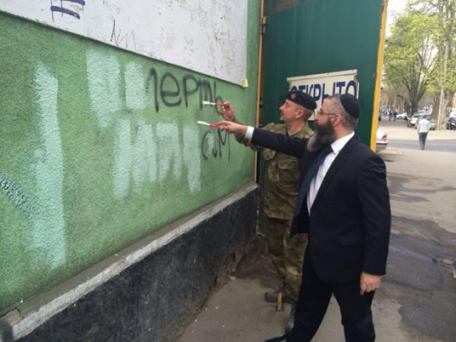 Synagogaa puhdistamassa.