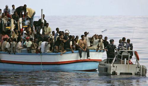 """Eurooppalaiset joutuvat jatkuvasti auttamaan merihädässä olevia laittomia Eurooppaan pyrkijöitä. Tämän jälkeen auttajia saatetaan vielä syyttää """"rasisteiksi""""."""