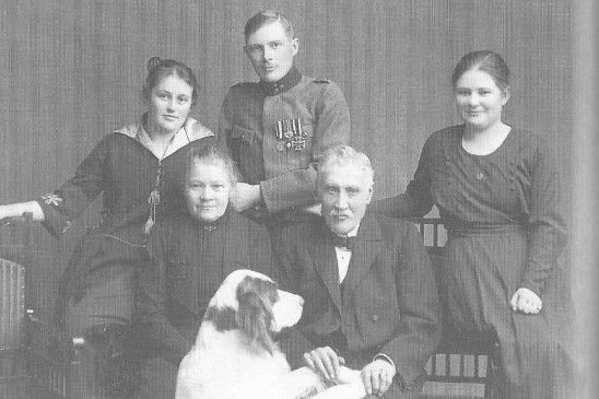 Ragnar Nordström vaimonsa Ninan kanssa yhteiskuvassa vanhempiensa Gustaf Adolf ja Maria Nordströmin kanssa. Oikealla hänen sisarensa Märta.