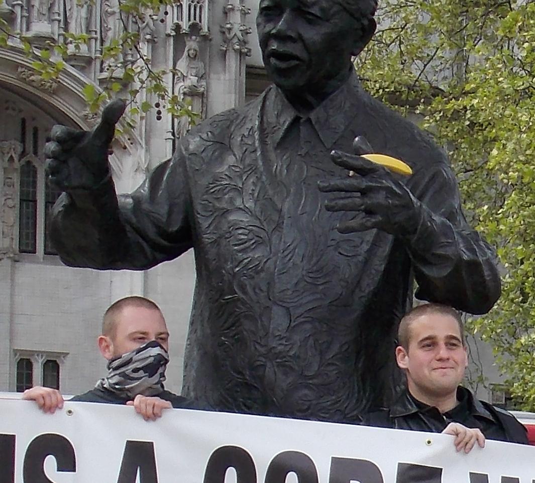 Mielenosoitus Mandela-patsaalla. Noyles oikealla.