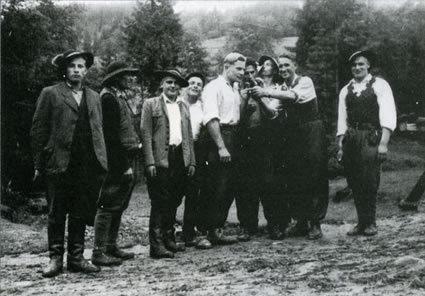 """Józef """"Ogień"""" Kuraś keskellä valkoisessa paidassa. Toinen oikealta on sissien kakkosmies Jan """"Powicher"""" Kolasa."""