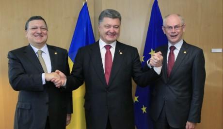Keskellä Ukrainan presidentti Petro Porošenko yhdessä Euroopan komission entisen puheenjohtajan José Manuel Barroson ja Eurooppa-neuvoston puheenjohtajan Herman Van Rompuyn kanssa. Kuva on otettu Ukrainan ja EU:n välisen kauppasopimuksen solmimisen yhteydessä.