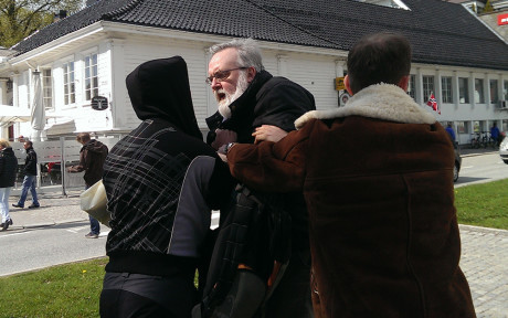 Kjell Gunnar Larsen raivostuu nähdessään aktivistit torilla.