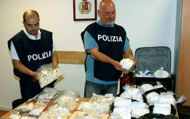 Poliisin takavarikoimia huumausaineita Italiassa.
