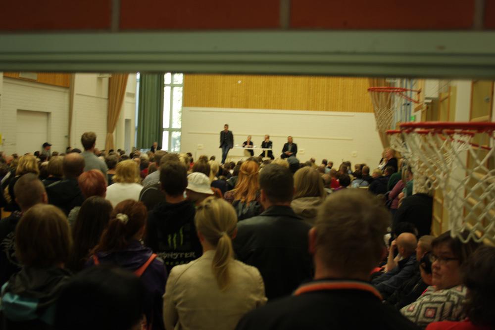 Tilaisuus on täynnä ihmisiä. Osa joutui seuraamaan keskustelua ulkoa.