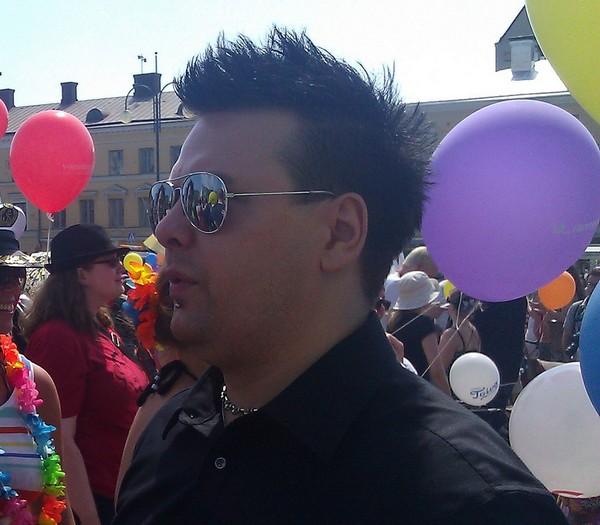 Tommi Paalanen homojen Pride-marssilla.