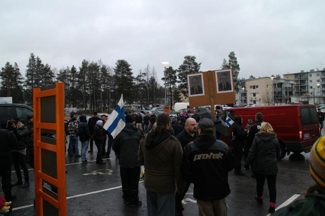 Mielenosoittajat alkukokoontumispaikalla