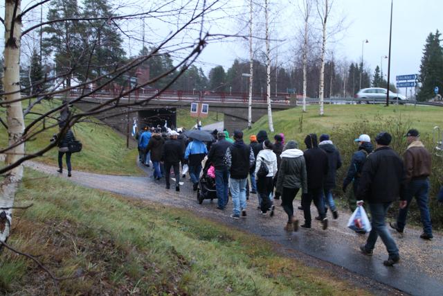 Mielenosoittajat siirtymässä kunnantalolle