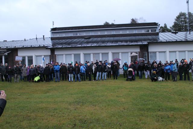 Mielenosoittajat kunnantalolla