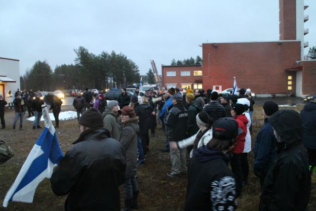Mielenosoittajat vastaanottokeskuksella