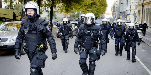 UK_poliisi_vastaanottokeskusmellakat
