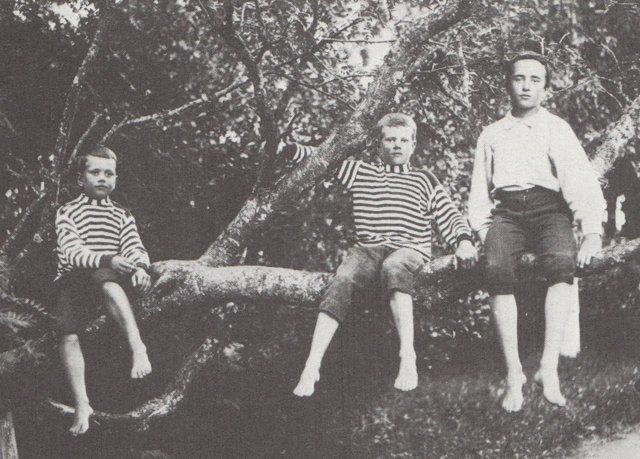Simojoki lapsena (vasemmalla).