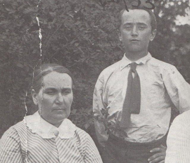 Nuori Simojoki äitinsä kanssa.