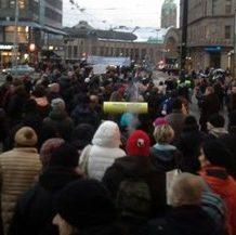 Aktivisteja siirtolaisuusvastaisissa mielenosoituksissa